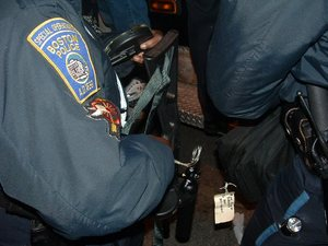 boston_police_officer_loads_bean_ball_gun_800x600.jpg